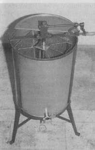 Простая тангенциальная медогонка на 4 соторамки с ручным приводом, широко распространенная в любительском пчеловодстве