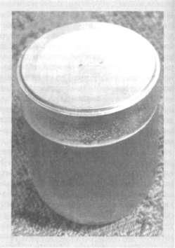 Стеклянная банка емкостью 0,5 л с сахарным сиропом и отверстиями в крышке, используемая для бессотового пакета